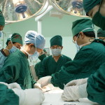 800px-Students_assisting_surgery